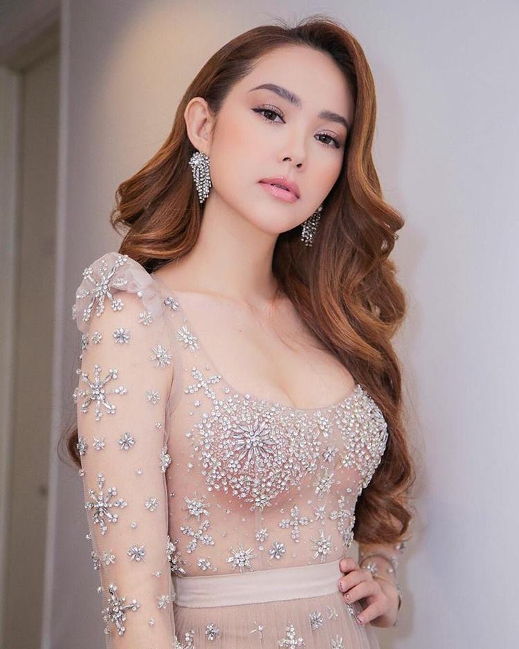 Trong khi đó, Minh Hằng lại chọn sắc hồng nude từ váy đầm cho tới phong cách trang điểm. Cô cũng cập nhật rất nhanh lẹ kiểu đánh son môi bóng đang được các người đẹp Vbiz áp dụng rất nhiều.
