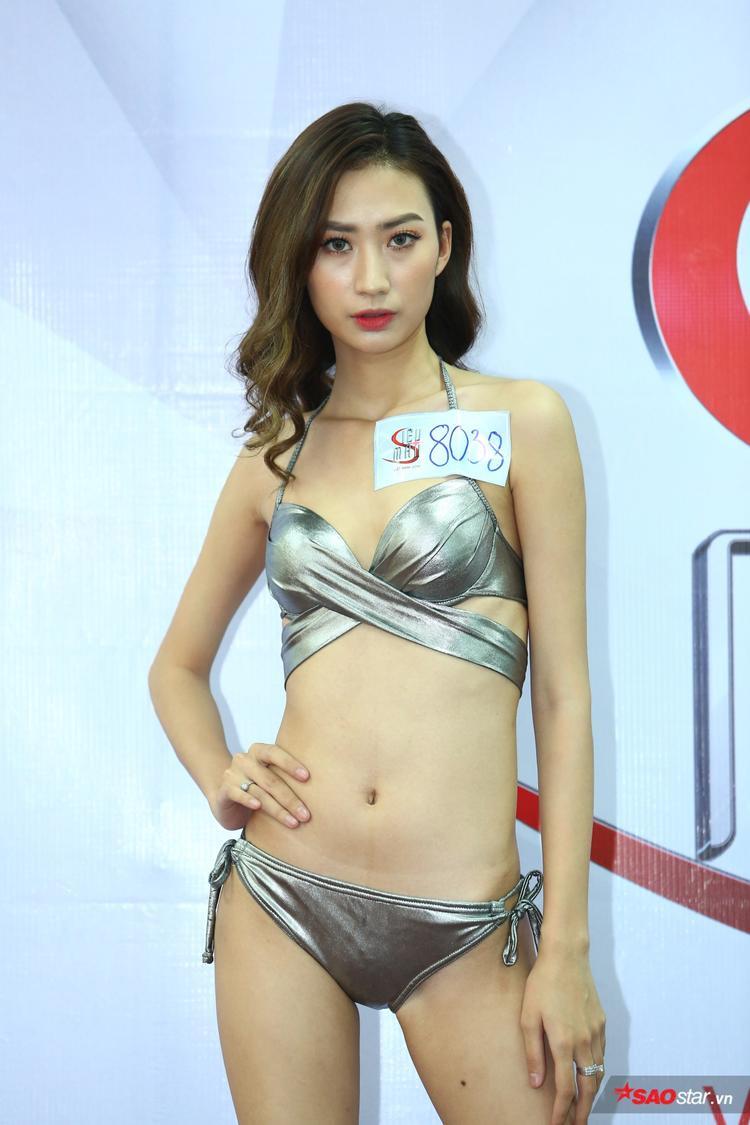 """Đang là sinh viên Cao đẳng Nghệ thuật Hà Nội, tuy nhiên Yến Ly đã quen thuộc với sàn diễn thời trang khi góp mặt trong nhiều BST của NTK Đức Hùng, Lâm Gia Khang. Hiện, Yến Ly """"đầu quân"""" cho công ty Venus Hà Nội."""