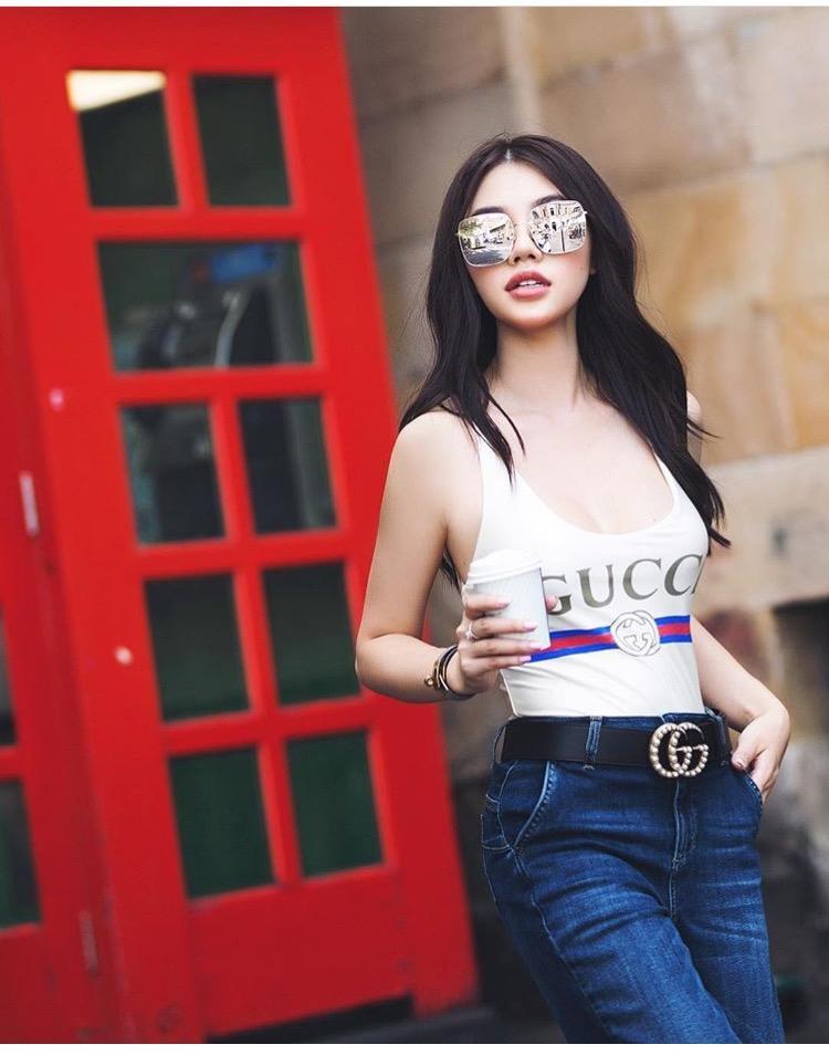 Cô nàng kết hợp chiếc áo với quần jeans đơn giản cùng thắt lưng Gucci. Thêm điểm nhấn là cặp kính vuông che nửa mặt, Jolie Nguyễn trở nên nổi bật trên phố.