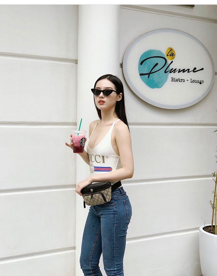 Cùng công thức với Jolie Nguyễn, Khánh Linh kết hợp chiếc áo bơi sexy này với quần jeans, belt bag Gucci và tự tin dạo phố.