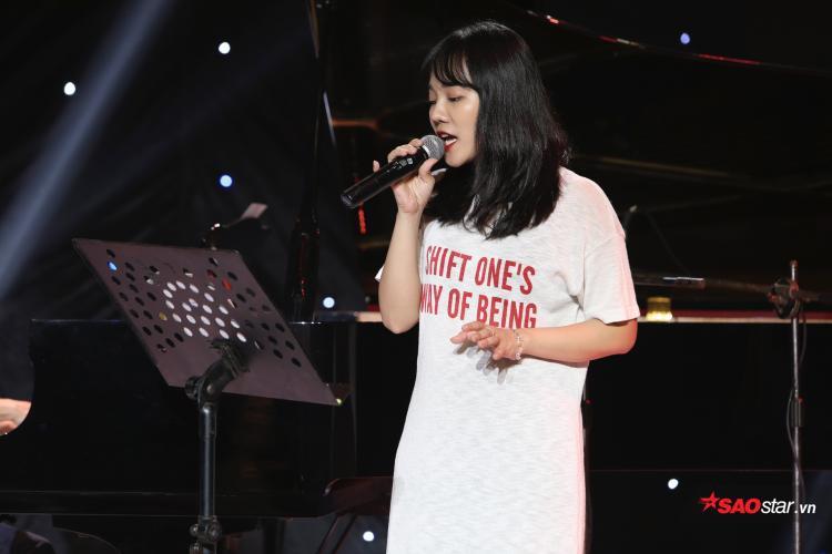 …HLV Hồ Hoài Anh còn khuyến khích Khả Linh viết mới một bài hát trong vòng 6 tiếng.