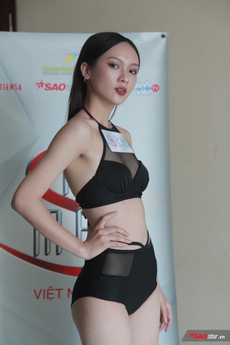 Trong một vài góc ảnh, ánh mắt và ngũ quan của Thuý Quỳnh khiến nhiều người liên tưởng đến Hoa hậu Hương Giang.