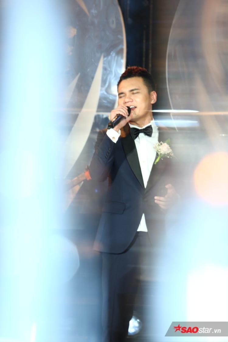 Anh hát tặng cô dâu trước khi làm lễ.