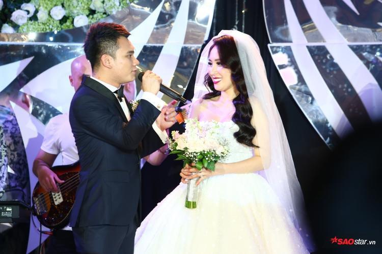 Cô dâu chú rể cực đẹp đôi trên sân khấu.
