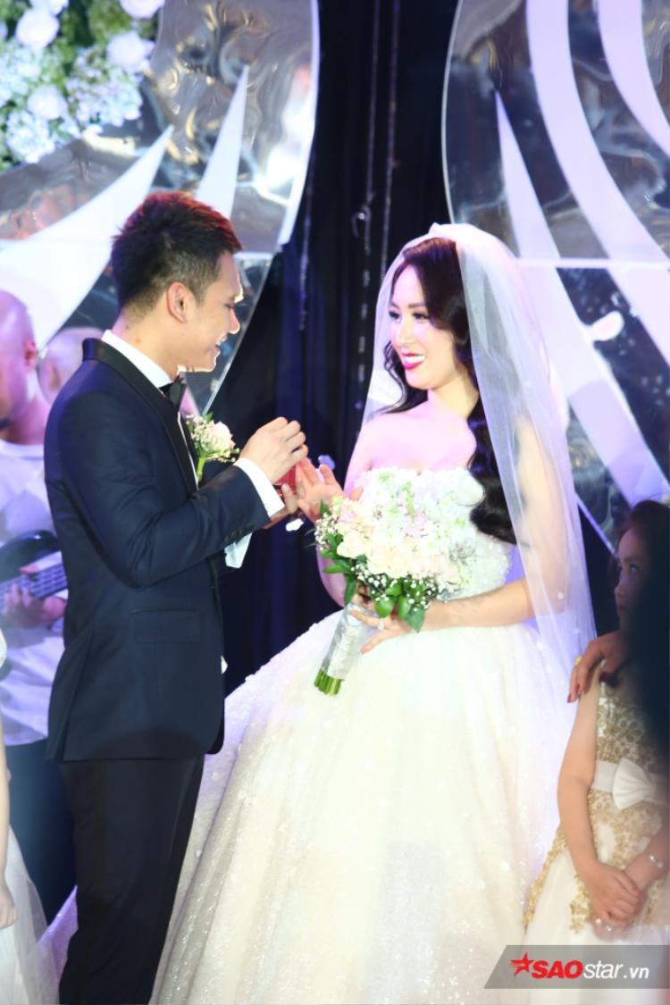 Một số hình ảnh của vợ chồng Khắc Việt trong tiệc cưới.