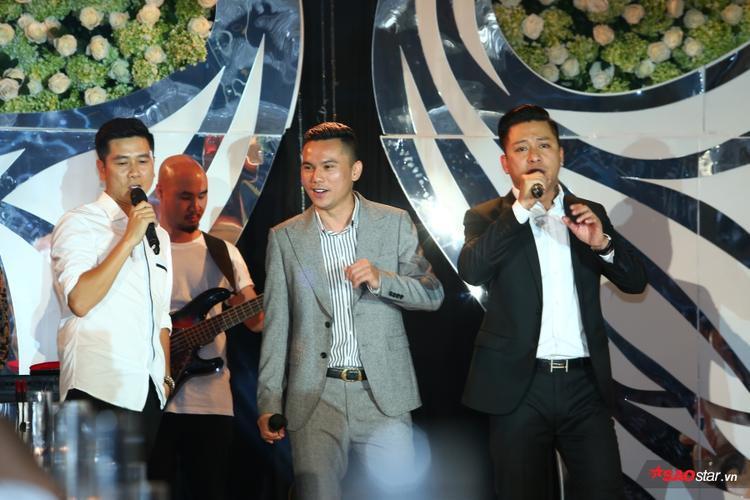 …cùng nhạc sĩ Hồ Hoài Anh, Tú Dưa ngẫu hứng biểu diễn trên sân khấu tiệc cưới.