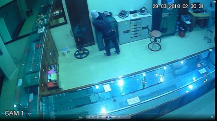 Tên trộm bị camera an ninh của tiệm vàng ghi lại.