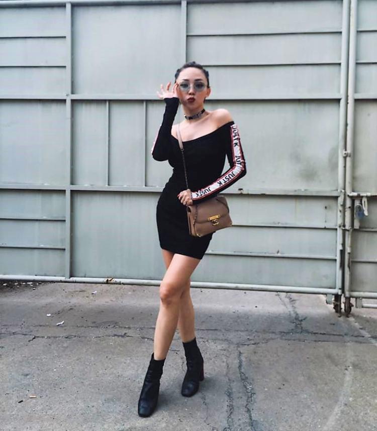 Nếu yêu thích thời trang sexy thì chân váy chít eo với phần khoét sâu hở vai trần đi cùng với boots da sẽ tôn lên sự sexy tự nhiên cho các cô gái.
