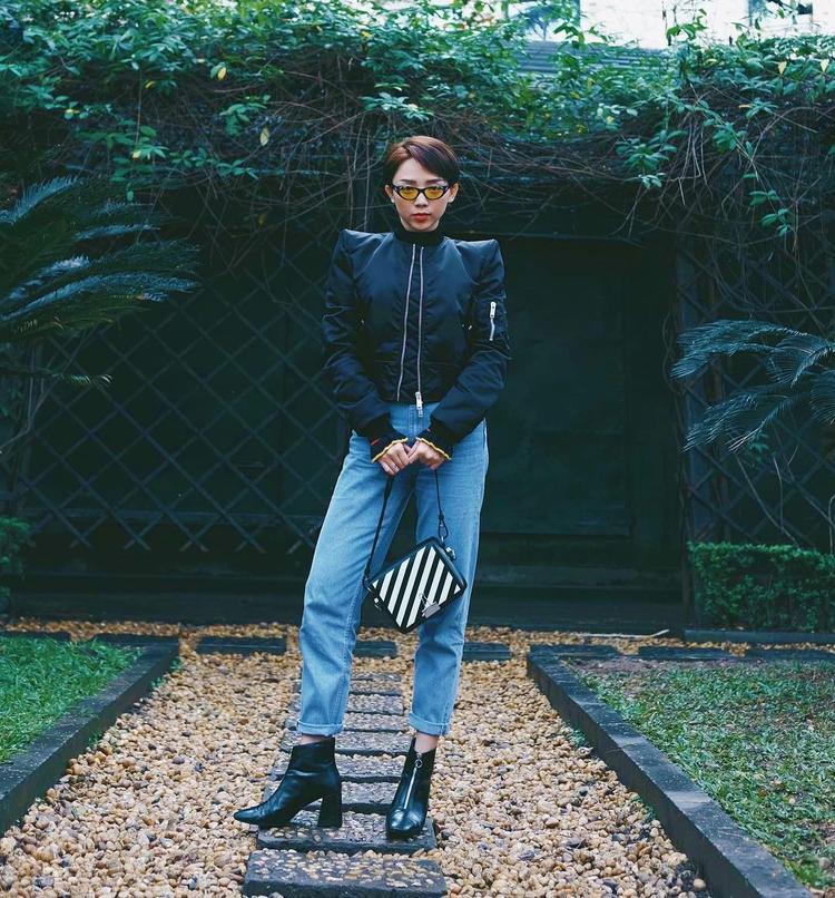 Quần jeans cùng áo độn vai phối cùng boots da cũng khá ổn đó chứ. Các nàng thích sự độc lạ có thể ứng dụng cách mix&match này.