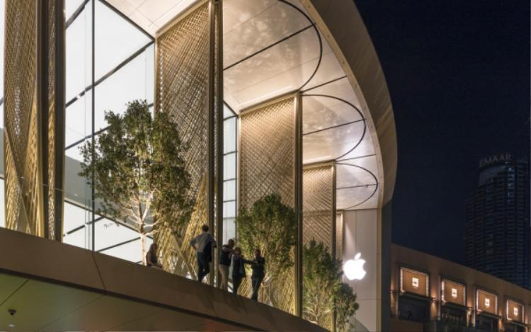 Khi hệ thống Solar Wings mở ra, khách tới thăm Apple Store Dubai có một trí tuyệt đẹp để ngắm Dubai Fountain.