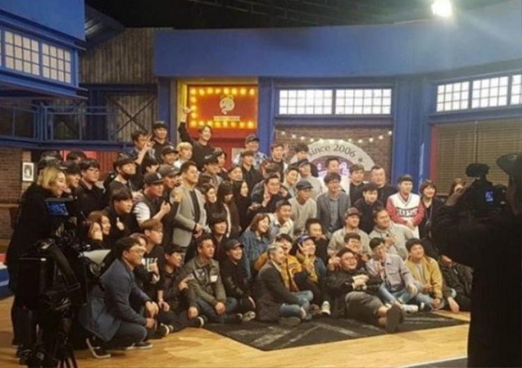 Các thành viên và tổ sản xuất chụp ảnh kỉ niệm cùng nhau trong tập cuối cùng của chương trình.