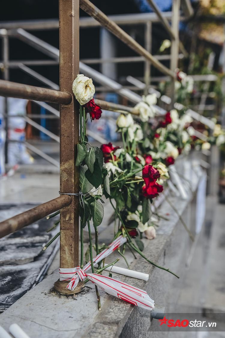 Những đóa hồng người dân để lại tưởng nhớ cho các nạn nhân trong vụ hỏa hoạn Carina.