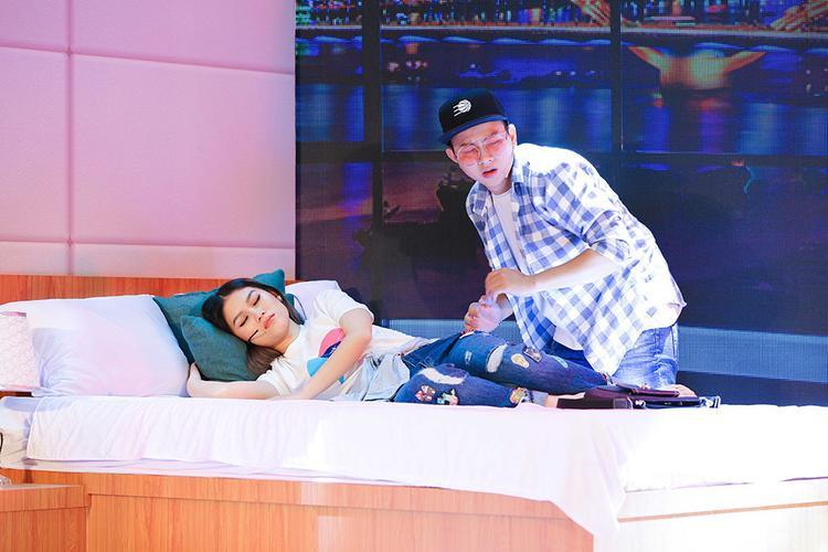 """Hoài Lâm diễn lại cảnh quay """"quen 3 ngày, đi khách sạn 2 lần"""" với Ngọc Thanh Tâm."""