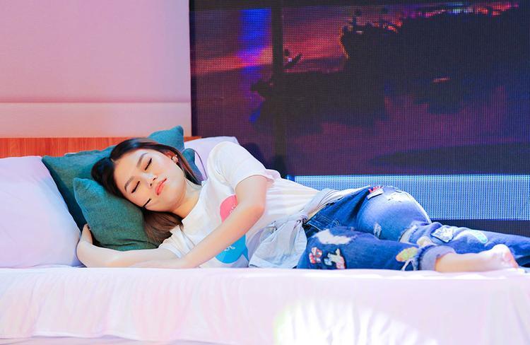 """""""Mỹ nhân ngủ… giữa sân khấu"""" là đây."""