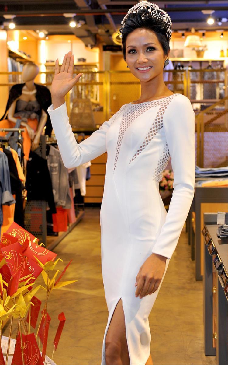 Vì không phải lúc nào ăn mặc lộng lẫy cũng là tốt, trang phục của Hen trong sự kiện thể thao vừa qua là một ví dụ điển hình.
