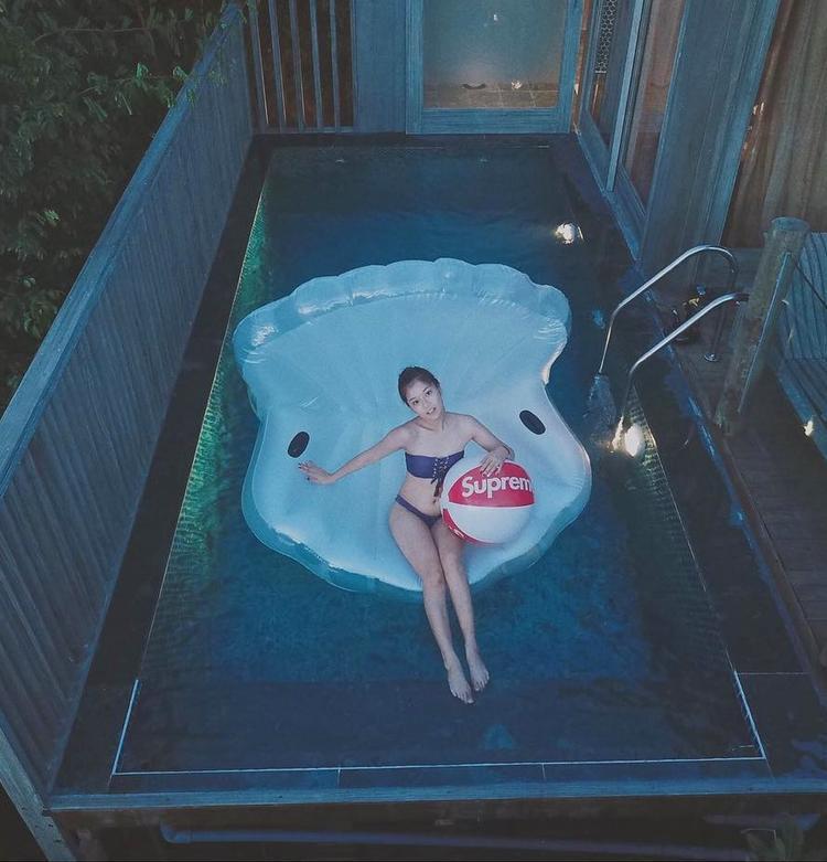 Những bức ảnh cô diện bikini thường được chụp ở góc máy xa ngút ngàn thế này.