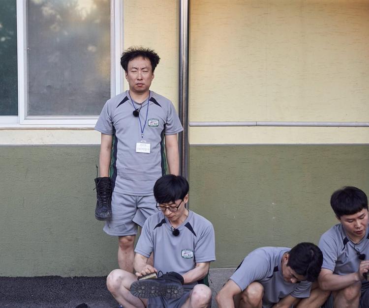Đội trưởng Park tranh thủ ngủ mọi lúc mọi nơi.