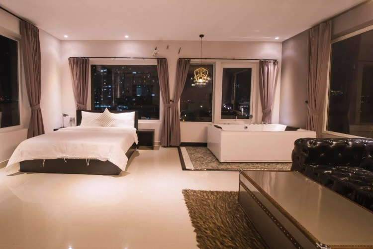 Khách sạn bồn tắm lộ thiên nhìn ngắm toàn Sài Gòn vô cùng sang chảnh