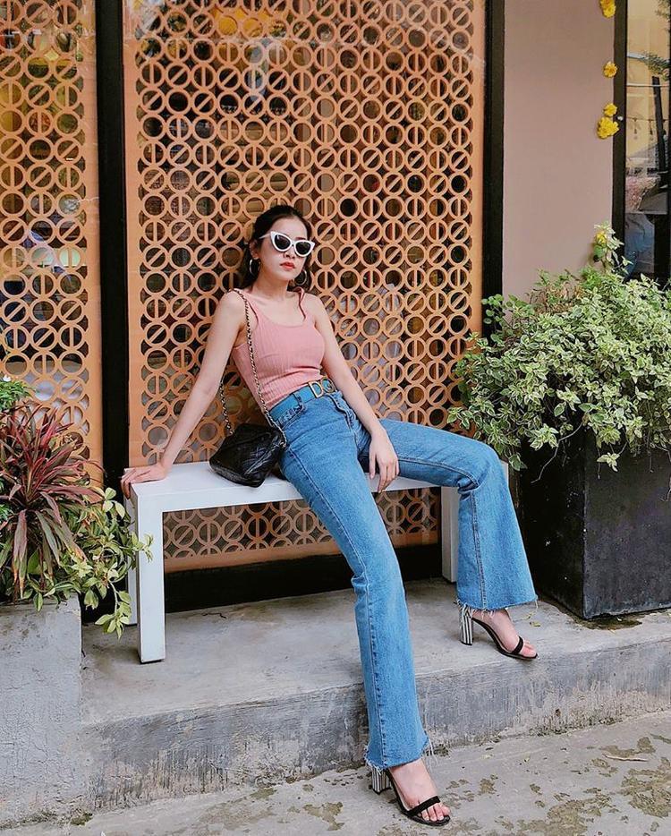 Diện outfit chỉ gồm áo hai dây cực basic và quần jeans ống loe nhưng Chi Pu vẫn luôn đẹp.