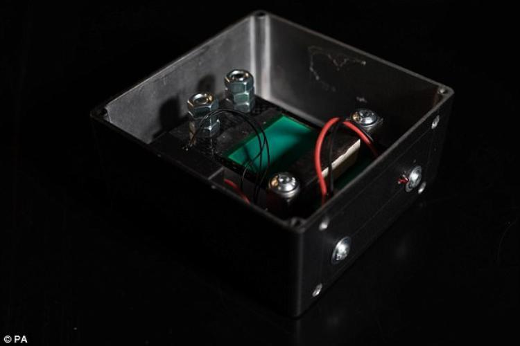 """Chiếc hộp đen có chức năng """"thu hoặc"""" tiếng hét để sản xuất điện. Ảnh: Daily Mail"""