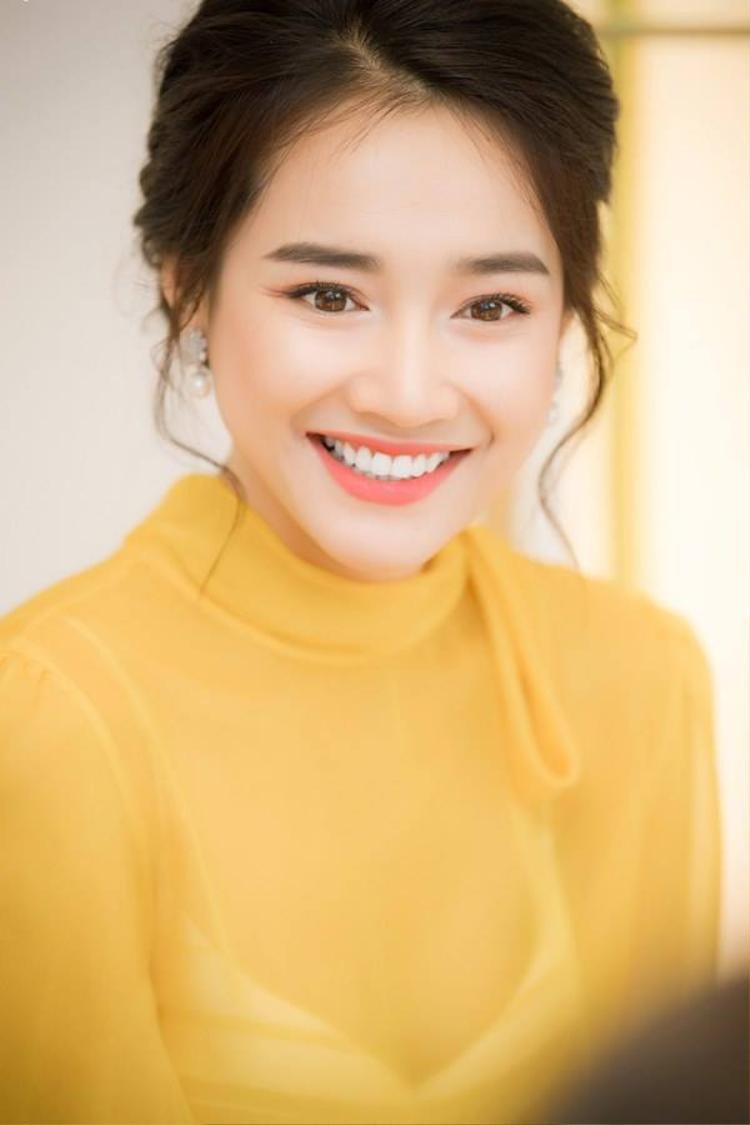 Nhan sắc ngày càng lên hương cộng hưởng với những thiết kế độc đáo của nhà mốt Lê Thanh Hòa khiến cái tên Nhã Phương được nhắc tới không có đối thủ. Khuôn mặt của cô gần đây trở nên thon gọn hơn, các đường nét có đổi khác khiến cư dân mạng nghi ngờ nữ diễn viên phẫu thuật thẩm mỹ.
