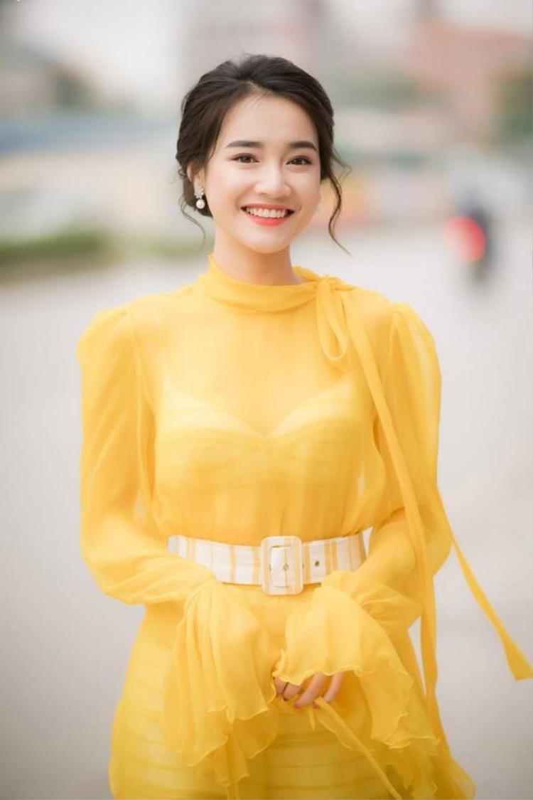 """Phong cách ăn mặc và trang điểm này của Nhã Phương nhận được nhiều lời khen có cánh. Không ít người cho rằng gu thời trang của cô ngày càng """"lên tông""""."""