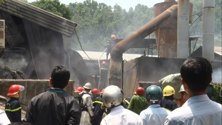 Lực lượng PCCC tiếp cận và dập tắt đám cháy lớn.