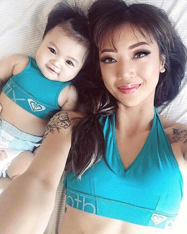 Chỉ suốt ngày selfie cùng con gái, hot mom xinh đẹp trở nên nổi tiếng trên mạng xã hội