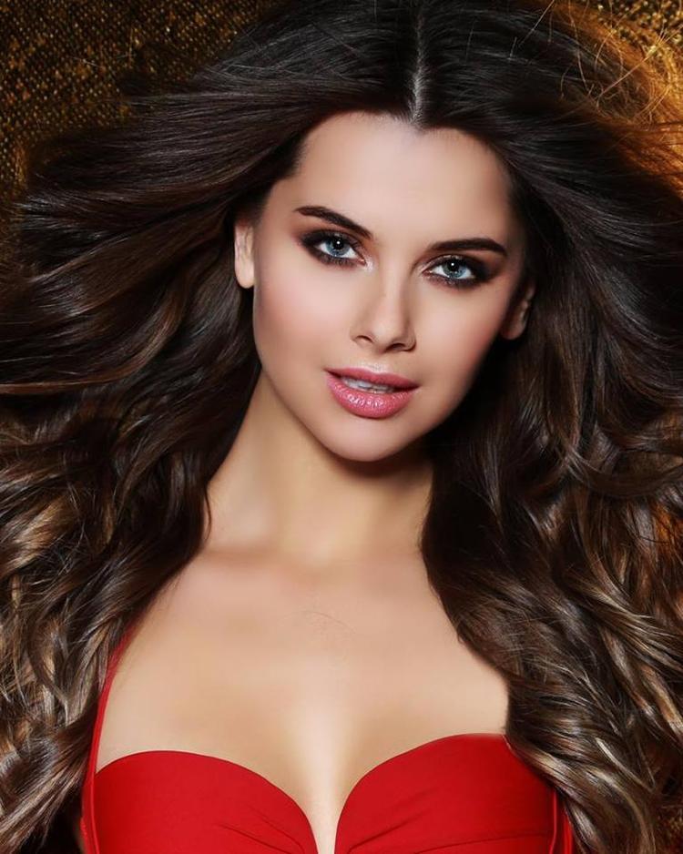 """lga Lomakina đang là thí sinh nhận được sự chú ý nhiều nhất. Mỹ nhân 23 tuổi ghi điểm với đôi mắt xanh trong như làn nước mùa thu, bờ môi hững hờ gợi cảm cùng mái tóc dài, bồng bềnh đẹp tuyệt. Ngay từ vòng sơ tuyển, Miss Russia - Hoa hậu Nga 2018 đã khẳng định được """"thương hiệu quốc gia"""" của mình."""
