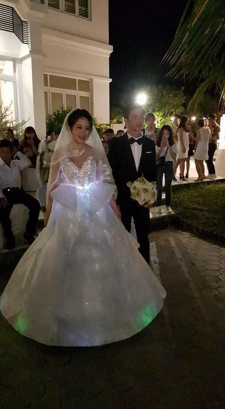 Váy phát sáng, vàng đeo trĩu cổ ngày càng nhiều đám cưới nhà đại gia khiến dân tình choáng ngợp