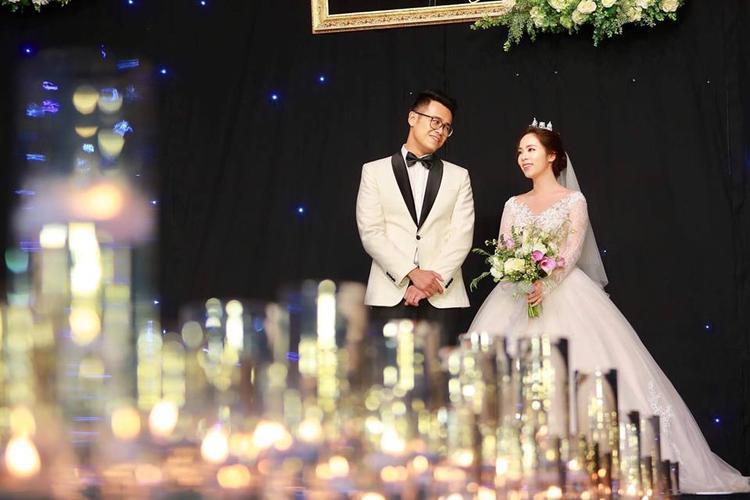 Đức Bảo luôn dành cái nhìn trìu mến cho cô dâu của mình. Ảnh: Vietnamnet.
