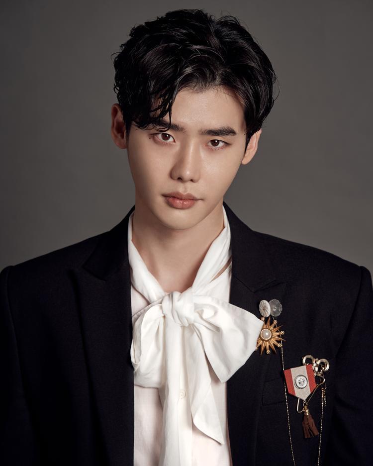 Lee Jong Suk chính thức đầu quân cho công ty quản lý mới - YNK Entertainment.