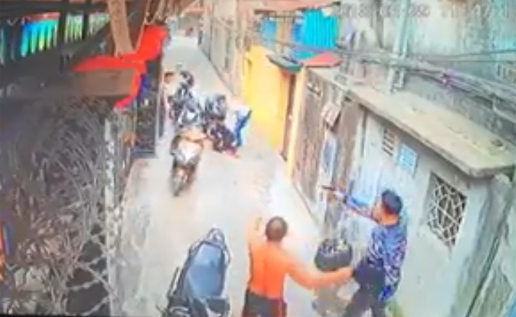 Trong lúc xô xát, một thanh niên rút súng bắn chị Hà bị thương.