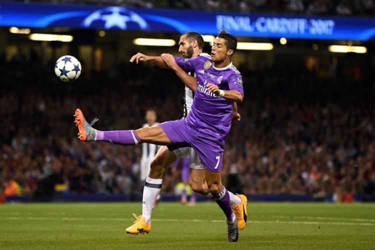 Chiellini có lý do để lo lắng khi đối đầu với Ronaldo.