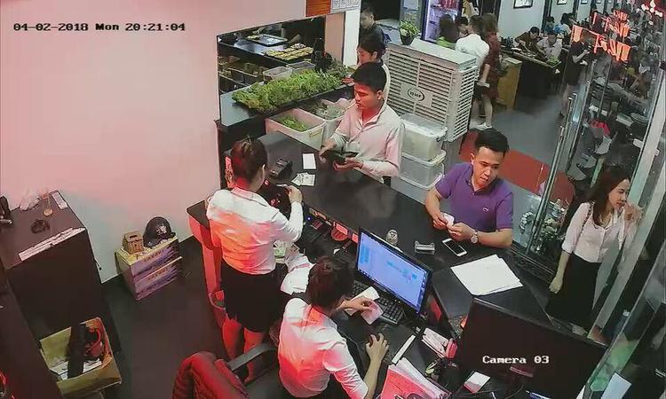 Dân mạng sôi sục truy tìm thanh niên áo tím chôm điện thoại của khách bỏ quên ở nhà hàng