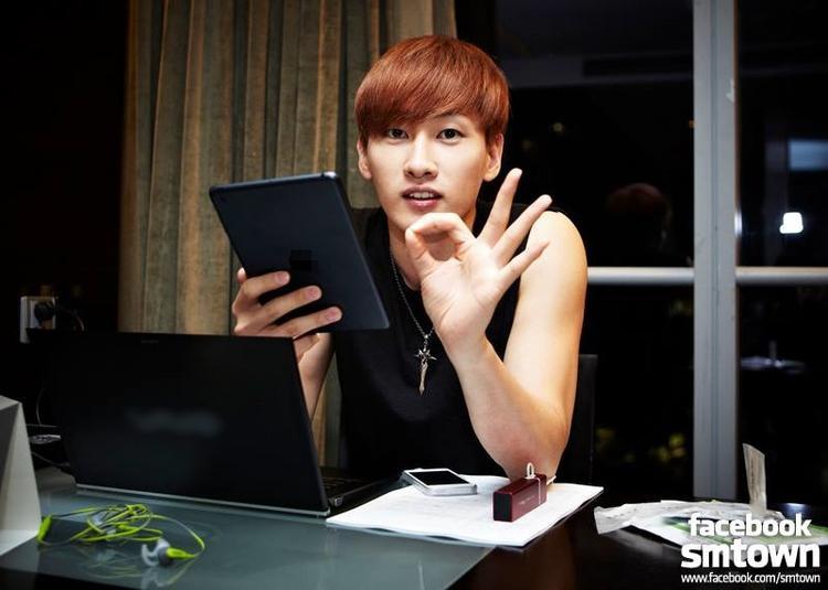 Eunhyuk là người rất thích bảo vệ máy tính của mình. Anh luôn thay đổi mật khẩu và không cho phép bất cứ ai chạm vào.