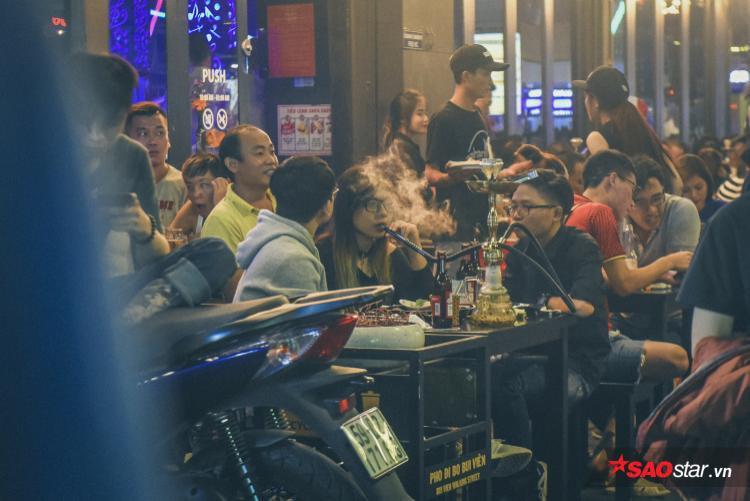 Ngoài bia rượu, nhiều bạn trẻ còn tham gia vào các loại hình vui chơi tệ nạn khác tại phố đi bộ.