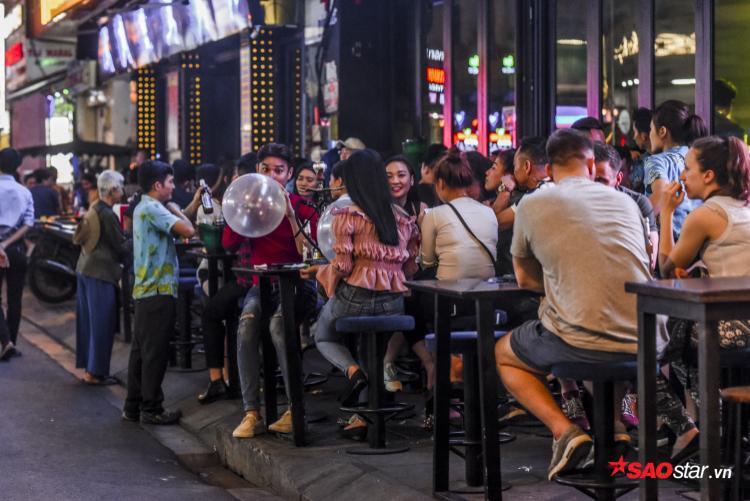 Hoạt động vui chơi, bia nhậu, và sử dụng bóng cười diễn ra gần như là thâu đêm, đặc biệt vào các dịp cuối tuần.