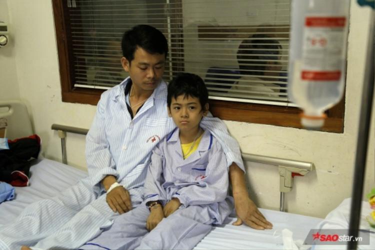 Hai cha con anh Vũ hiện đang được điều trị tại Viện huyết học truyền máu Trung ương.