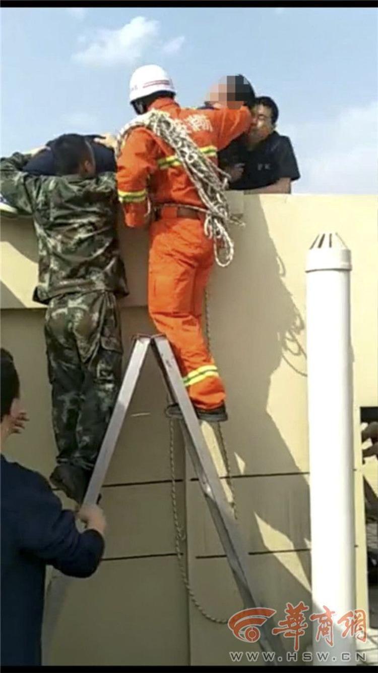 Các nhân viên cứu hộ giải cứu cho người đàn ông. Ảnh HSW