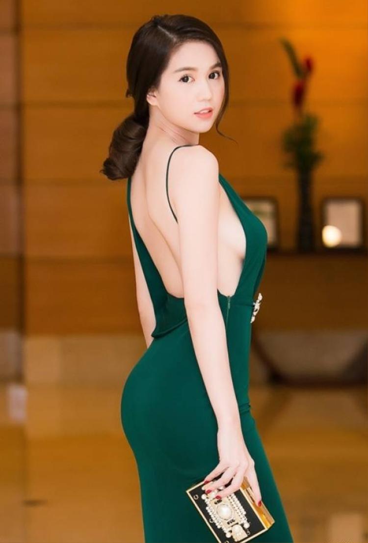 Mức độ khoe lưng của Ngọc Trinh có lẽ không cần phải bàn cãi. Người đẹp là người giữ kỷ lục khoe lưng nhiều nhất showbiz Việt hiện nay.