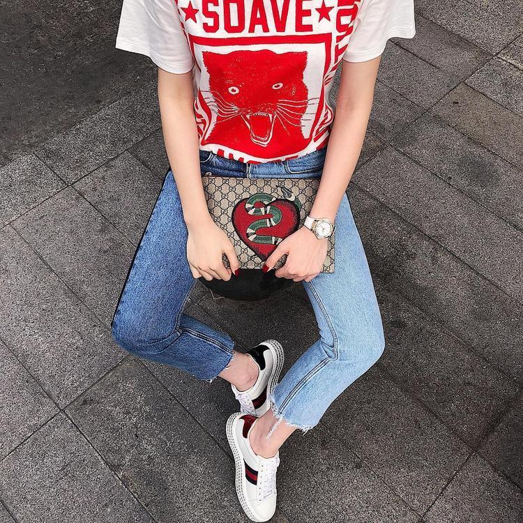 """Clutch và giày của Gucci cũng mang tông màu đỏ, nhưng không hề """"làm quá"""", ngược lại tạo cho người đẹp sự nổi bật khi xuống phố."""