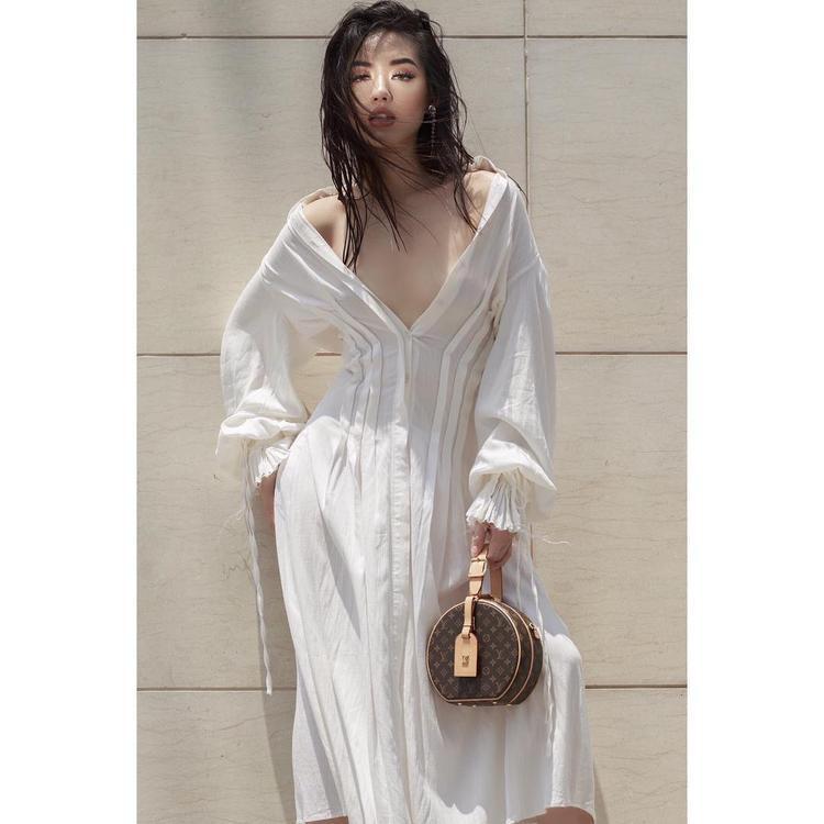 Để kiểu tóc ướt sũng từng khiến Bảo Anh nhận bao lời chê trách, mà Khánh Linh The Face lại gợi cảm lạ lùng. Cô nàng mặc đầm suông trễ nải cùng sử dụng túi Louis Vuitton càng làm tăng thêm độ sexy, sang chảnh.