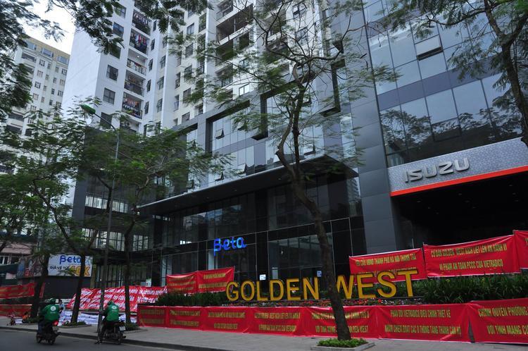 """Cư dân chung cư Golden West đã """"xuống đường"""" căng băng rôn."""