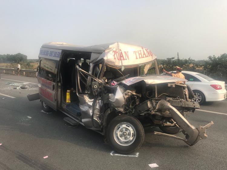 Chiếc xe 16 chỗ biến dạng, hư hỏng nặng sau tai nạn.