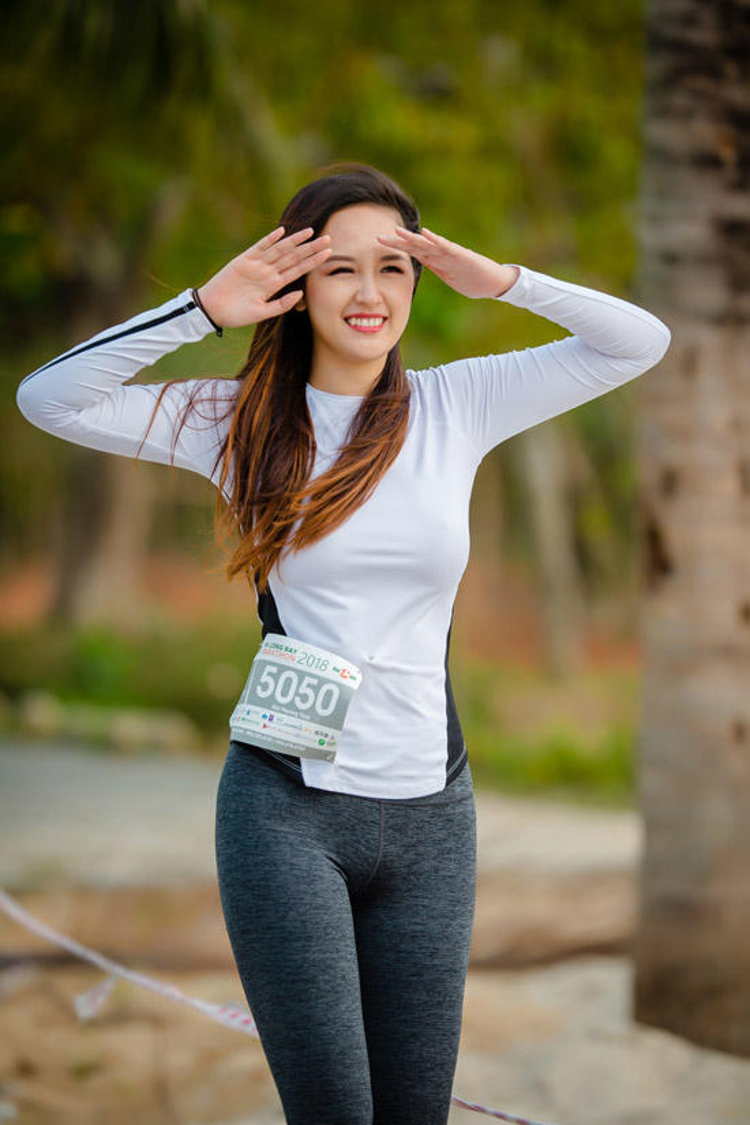 Mai Phương Thúy cũng vừa tham gia một sự kiện thể thao, nhưng cô lại không cẩn thận trong khâu lựa trang phục. Diện chiếc quần bó sát phản cảm, Mai Phương Thúy vẫn tự tin tham gia sự kiện mà không hề để ý.