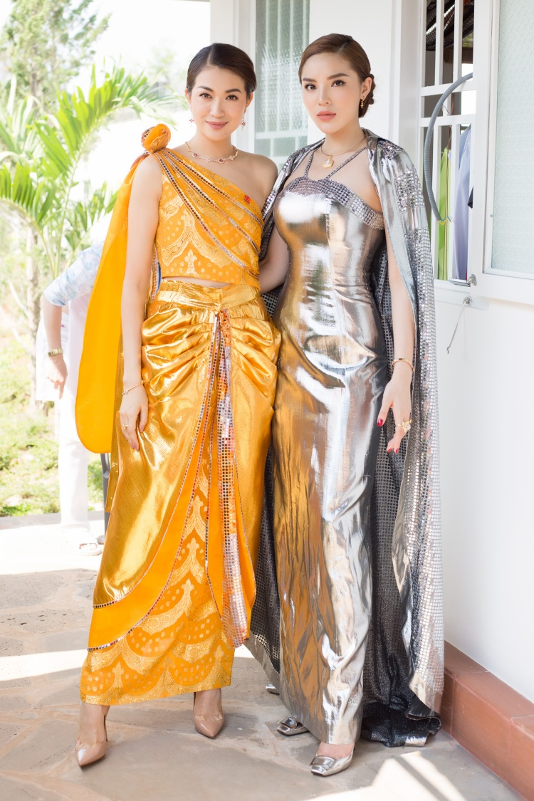 Diện trang phục đầy ấn tượng với màu sắc nổi bật, Lệ Hằng cùng Kỳ Duyên thu hút bao ánh nhìn của người đối diện.