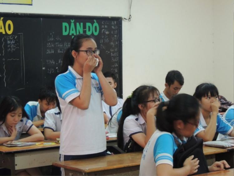 Nữ sinh Toàn tiếp tục bật khóc khi đối thoại cùng với cô giáo Minh Châu tại lớp học.Trường THPT Long Thới đang phối hợp cùng với phụ huynh nhằm quan tâm, ổn định tâm lý cho học sinh này. Ảnh: Dân trí.