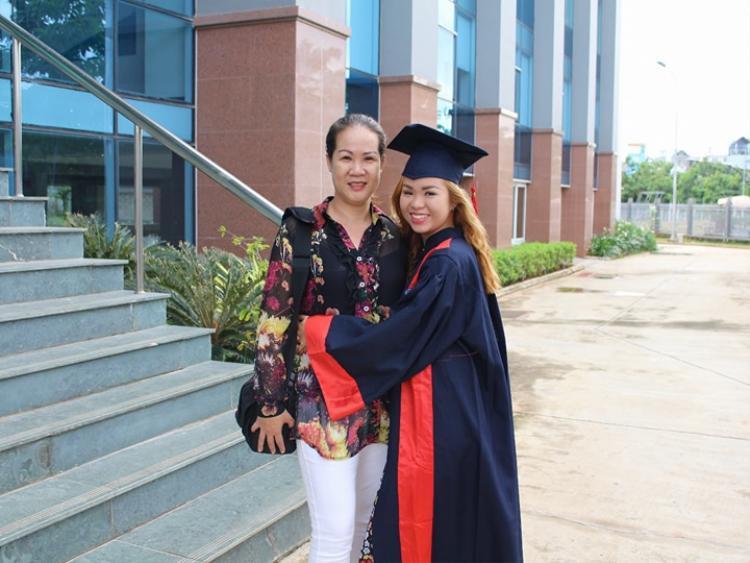 Lou Ngo chụp ảnh với mẹ