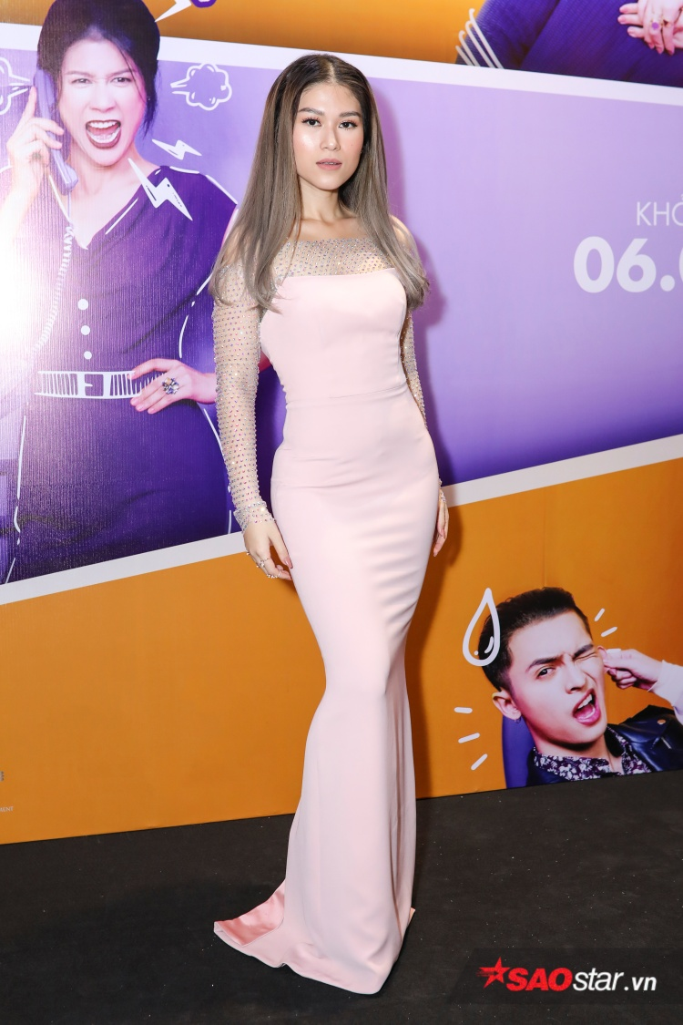 Ngọc Thanh Tâm trong bộ đầm hồng bó sát đầy quyến rũ tại họp báo ra mắt phim do cô thủ vai chính.